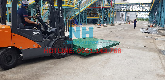 Di chuyển cầu dẫn xe nâng lên container